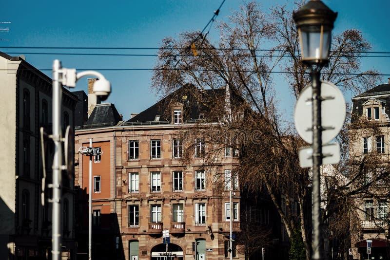 Opinião simples de Strasbourg, primeiro dia ensolarado da rua de fevereiro foto de stock royalty free