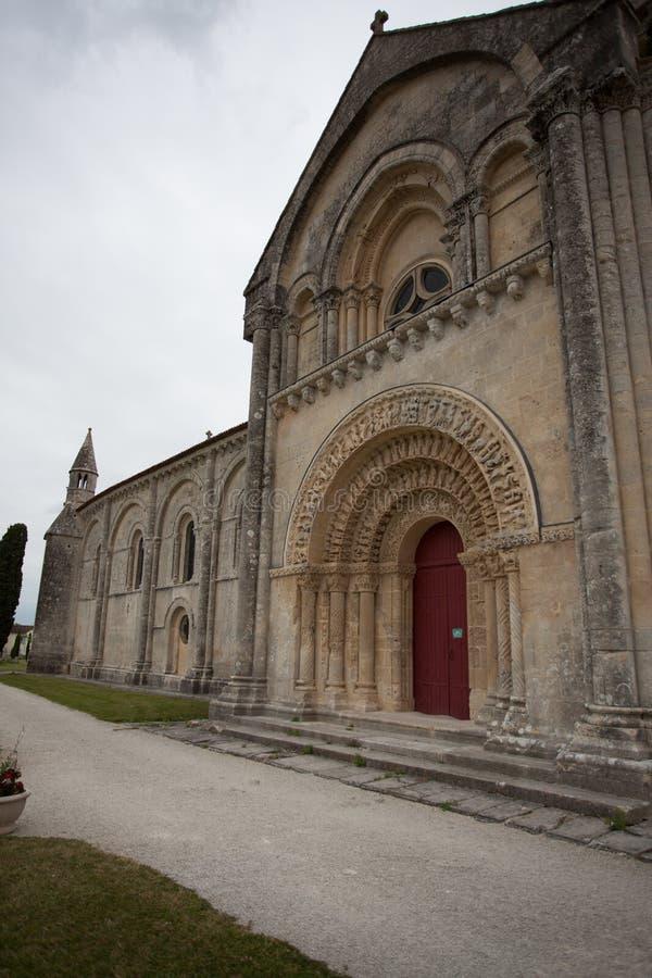 Opinião sul da fachada da igreja de Aulnay de Saintonge fotografia de stock