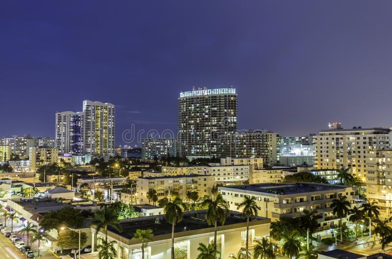 Opinião sul da rua da noite da praia de Miami imagens de stock royalty free