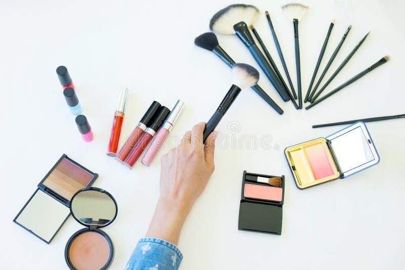 opinião superior as mulheres que escolhem a escova para o cosmético da composição fotografia de stock royalty free