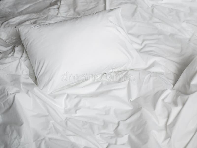 Opinião superior da cama desarrumado branca fotografia de stock