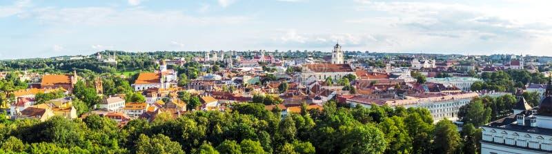 Opinião superior da cidade velha de Vilnius, Lituânia (panorama) imagem de stock