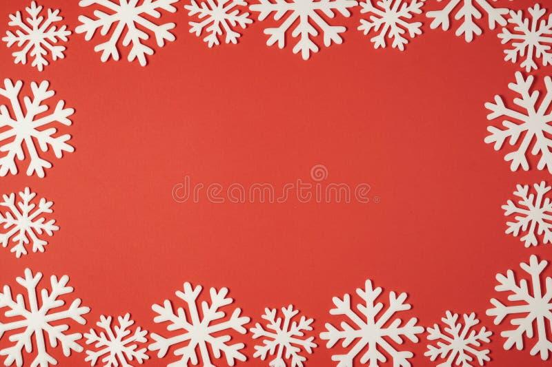 Opinião superior da decoração dos flocos de neve do Natal com espaço da cópia para seu texto do promo imagens de stock royalty free