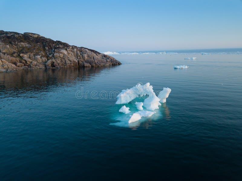Opinião superior da imagem aérea do zangão dos iceberg - alterações climáticas e aquecimento global Iceberg da geleira de derreti fotos de stock royalty free
