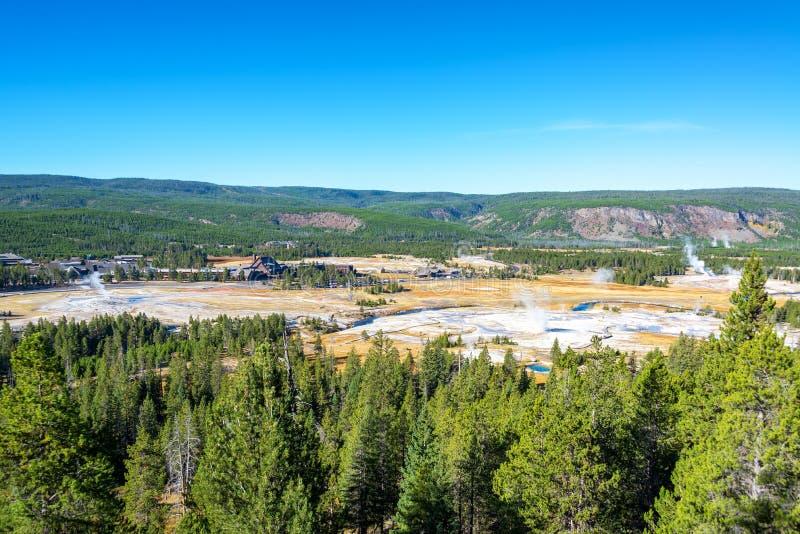 Opinião superior da paisagem do geyser da bacia fotografia de stock