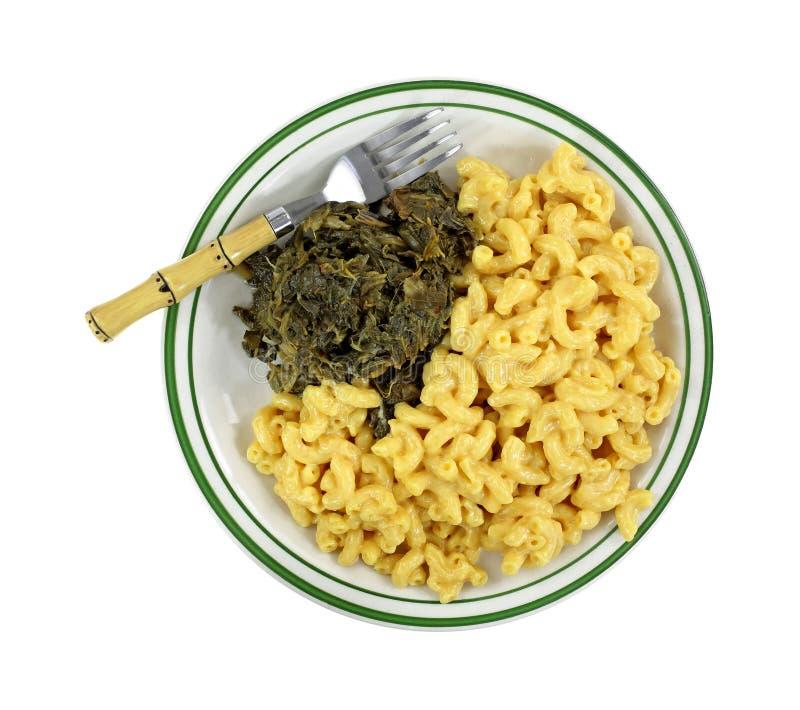 Opinião superior da placa da forquilha do queijo do macarrão dos verdes de nabo imagem de stock royalty free