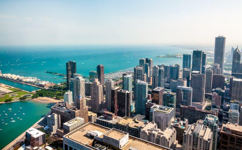 Opinião superior da skyline de Chicago com os arranha-céus em proximidades do lago de Michigan, EUA foto de stock royalty free