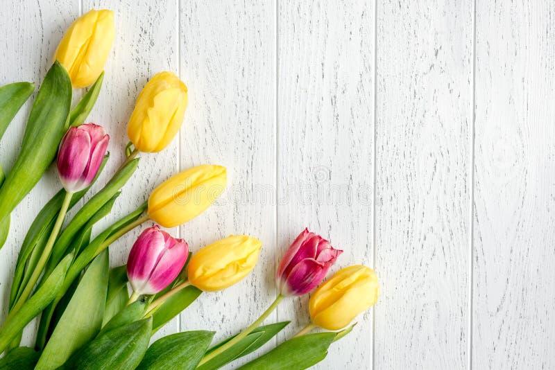 Opinião superior das tulipas da mola das flores no modelo de madeira do fundo imagens de stock royalty free