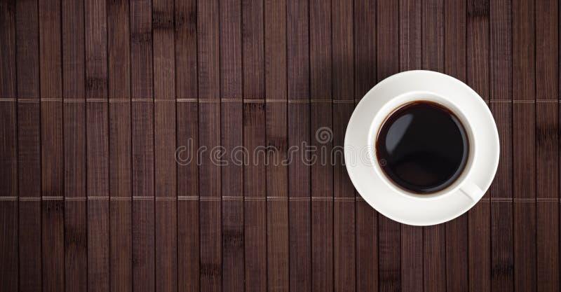 Opinião superior de copo de café na tabela de bambu foto de stock royalty free