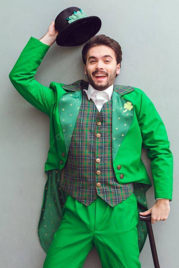 Opinião superior de homem novo no cumprimento do dia do ` s de St Patrick do traje do duende imagem de stock