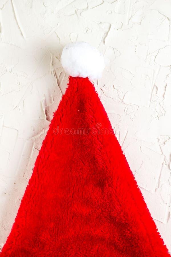 Opinião superior do chapéu vermelho de Santa Claus, decoração do Natal, conceito do cartão com espaço para o texto foto de stock