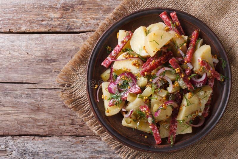 Opinião superior do close-up alemão da salada de batata horizontal Estilo rústico fotos de stock royalty free