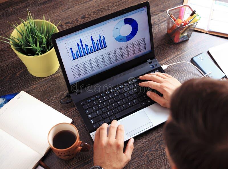 Opinião superior do desktop de madeira do moderno do vintage, mãos masculinas usando o portátil fotografia de stock