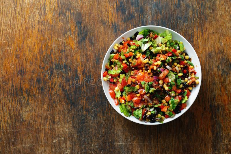 Opinião superior do espaço de madeira completo da cópia da tabela da salada do taco da bacia fotografia de stock
