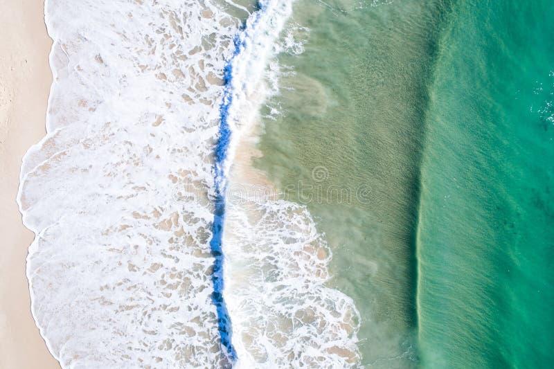 Opinião superior do feriado da praia Praia bonita de cima com da água azul agradável fotos de stock royalty free
