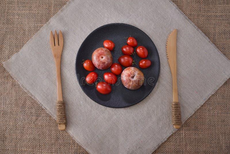 Opinião superior do fruto do tomate e da palma de cereja fotografia de stock