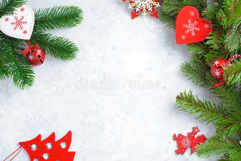 Opinião superior do fundo de madeira branco do Natal Molde para o espaço do ano novo para o texto Modelo para anunciar, felicitaç imagem de stock