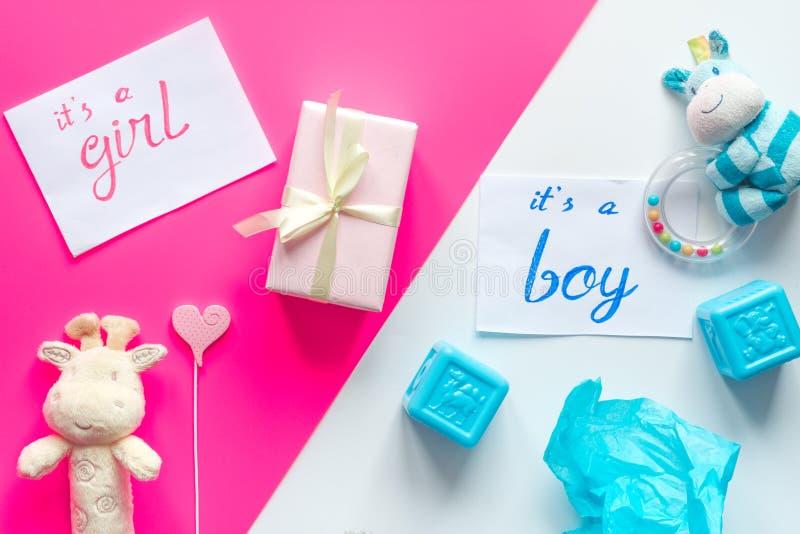 Opinião superior do menino ou da menina do conceito da festa do bebê da criança do nascimento fotografia de stock