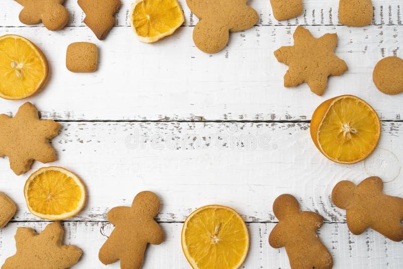 Opinião superior do Natal sobre um fundo de madeira branco com cookies do Natal e as laranjas tingidas Configuração lisa, espaço  fotos de stock royalty free