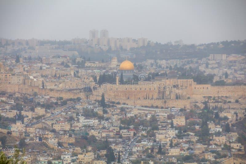 Opinião superior do telhado panorâmico espetacular da torre da cidade velha do Jerusalém imagens de stock