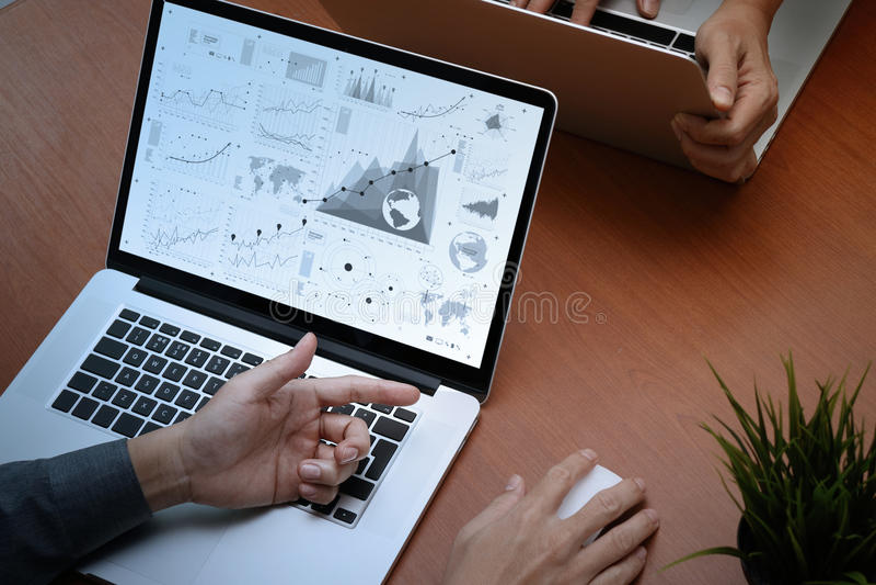 opinião superior dois colegas que discutem dados com o compu moderno novo fotografia de stock royalty free