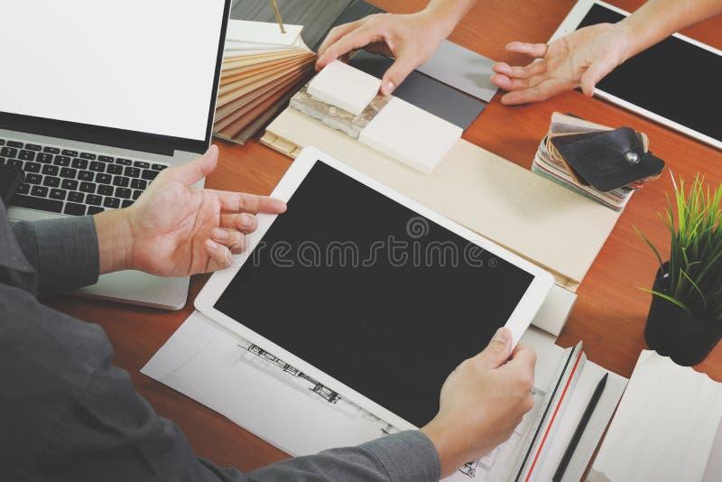 Opinião superior dois designer de interiores dos colegas que discutem dados fotografia de stock royalty free