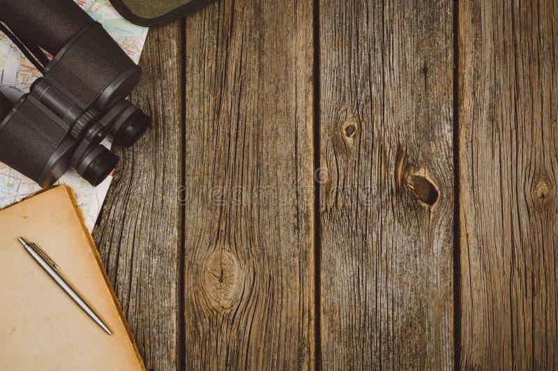 Opinião superior dos acessórios do curso no fundo de madeira com espaço da cópia imagem de stock