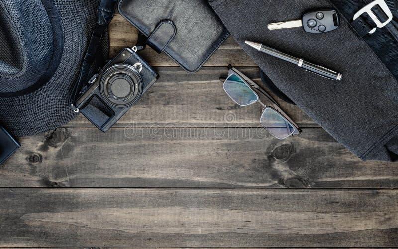 Opinião superior dos acessórios do ` s dos homens no fundo de madeira com espaço da cópia imagens de stock