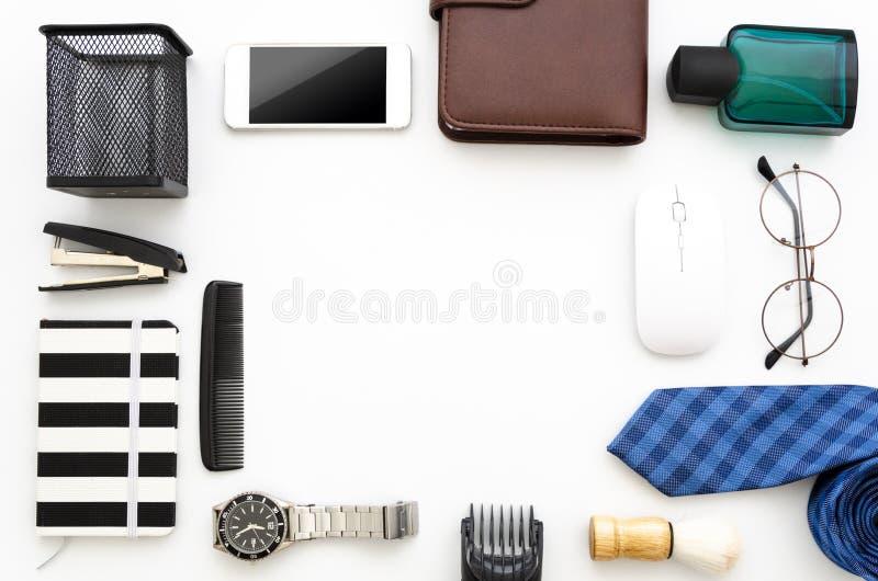 Opinião superior dos acessórios dos homens Desktop branco isolado com ferramentas, bloco de notas, laço, e carteira do escritório fotografia de stock royalty free