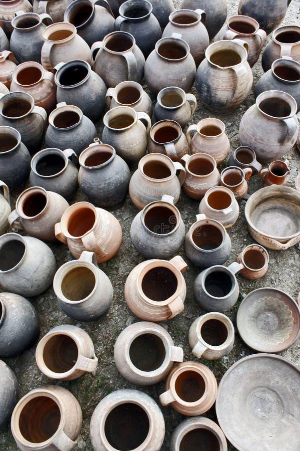 Opinião superior dos potenciômetros usados, lisos da cerâmica fotografia de stock royalty free