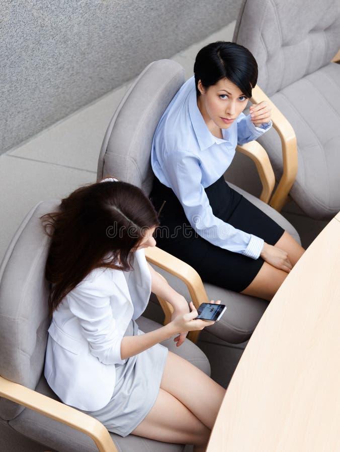 Opinião superior duas mulheres de negócio foto de stock royalty free