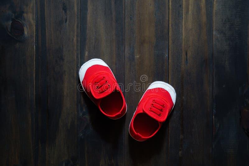 Opinião superior feita sob medida pequeno- vermelha bonito s aéreo de sapatas da lona do ` s das crianças fotografia de stock