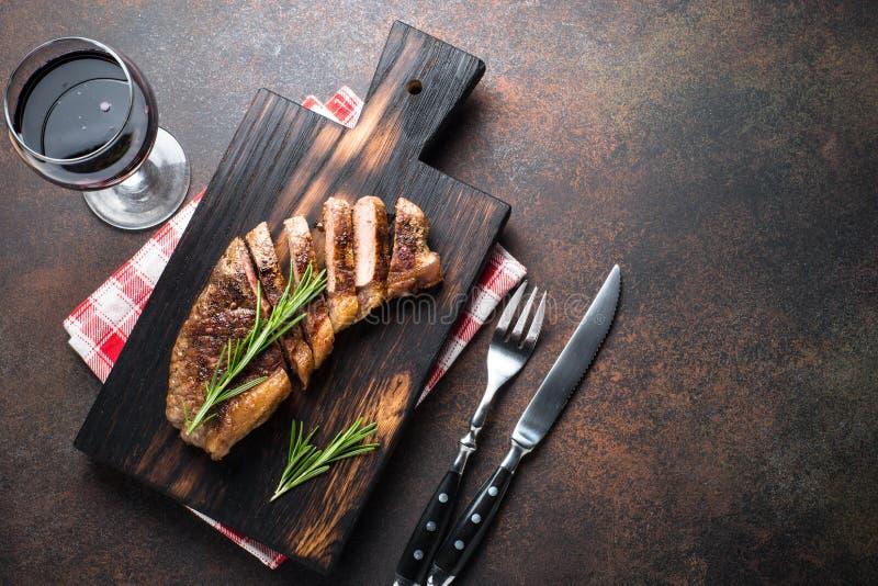 Opinião superior grelhada do bife do striploin da carne imagens de stock royalty free