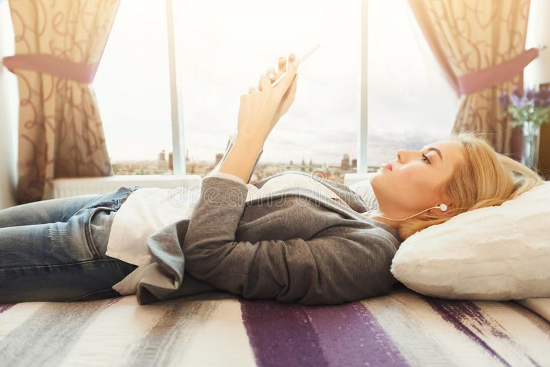 Opinião superior a jovem mulher bonita que encontra-se na cama imagem de stock royalty free