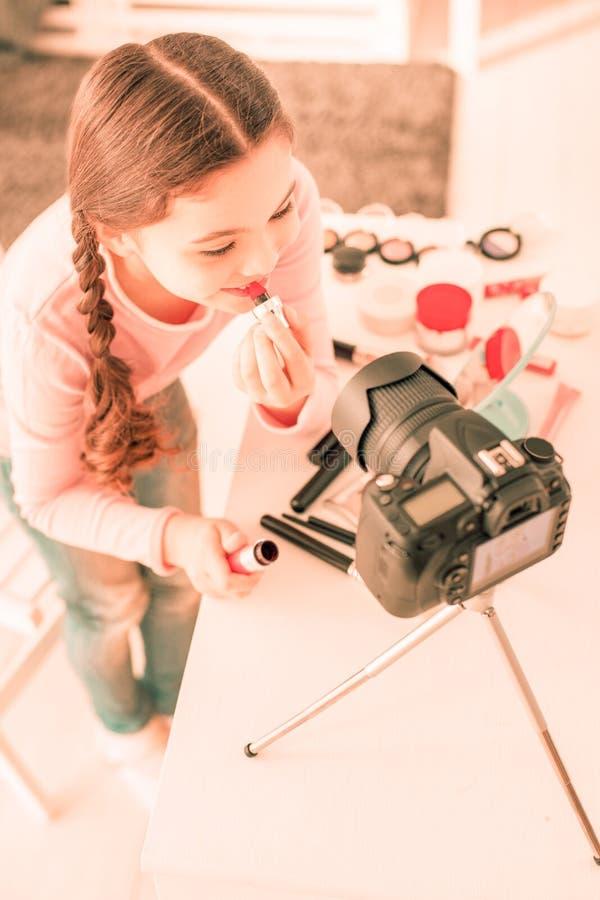 Opinião superior a menina feliz positiva que olha na câmera imagens de stock