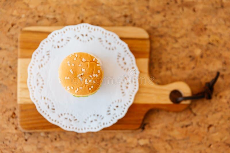 Opinião superior Mini Chicken Burger na placa de desbastamento de madeira foto de stock