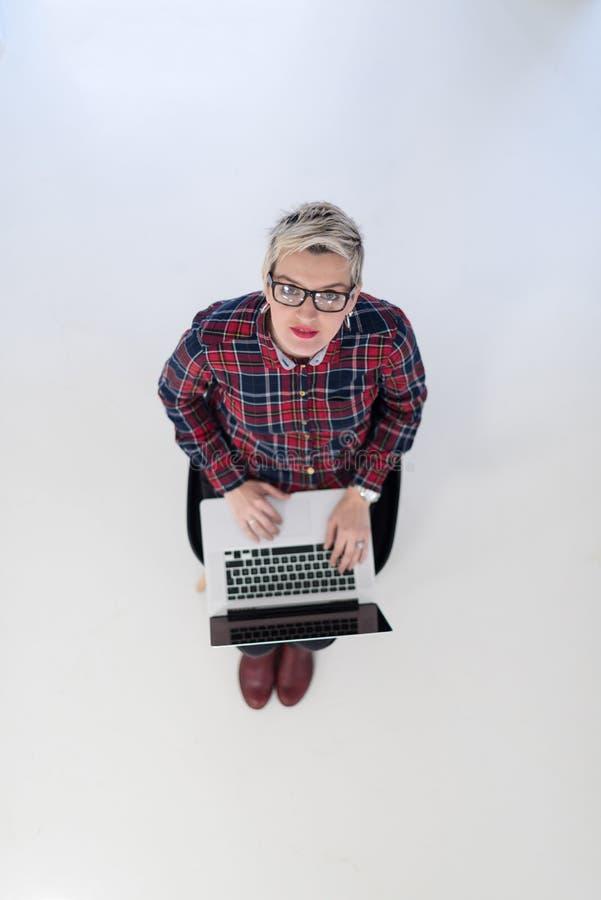 Opinião superior a mulher de negócio nova que trabalha no laptop fotos de stock