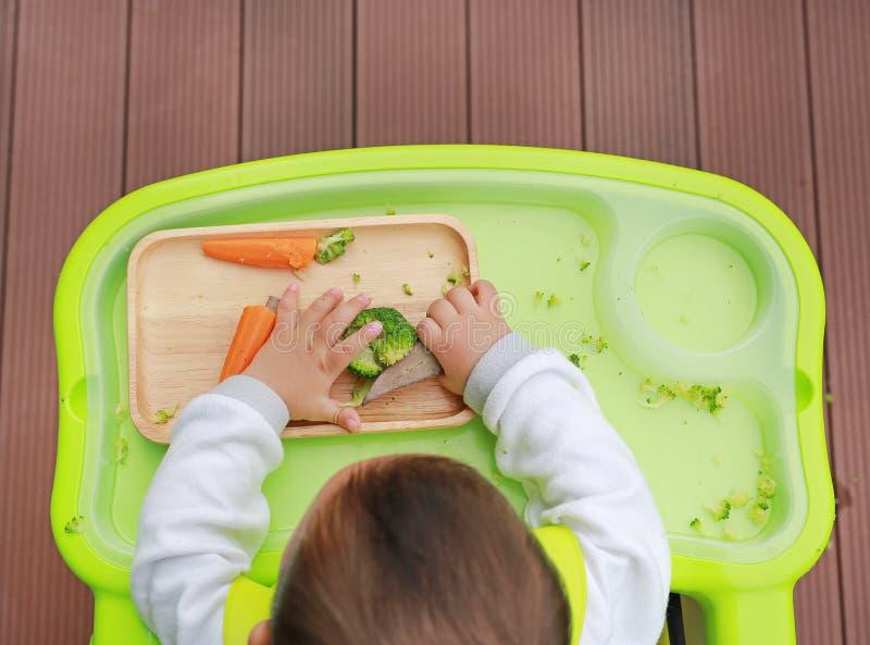 Opinião superior o bebê infantil que come pelo bebê conduzido desmamando BLW Conceito dos alimentos de dedo imagens de stock royalty free