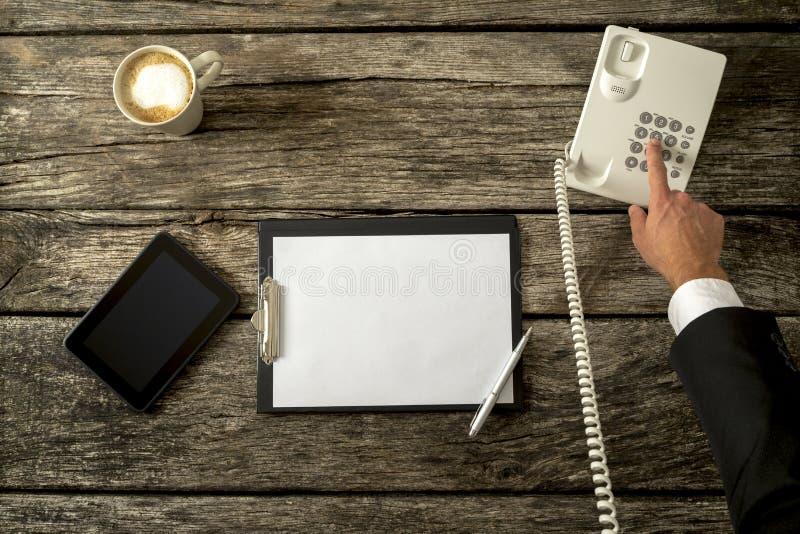 Opinião superior o empresário que faz um telefonema com seu escritório t imagens de stock royalty free