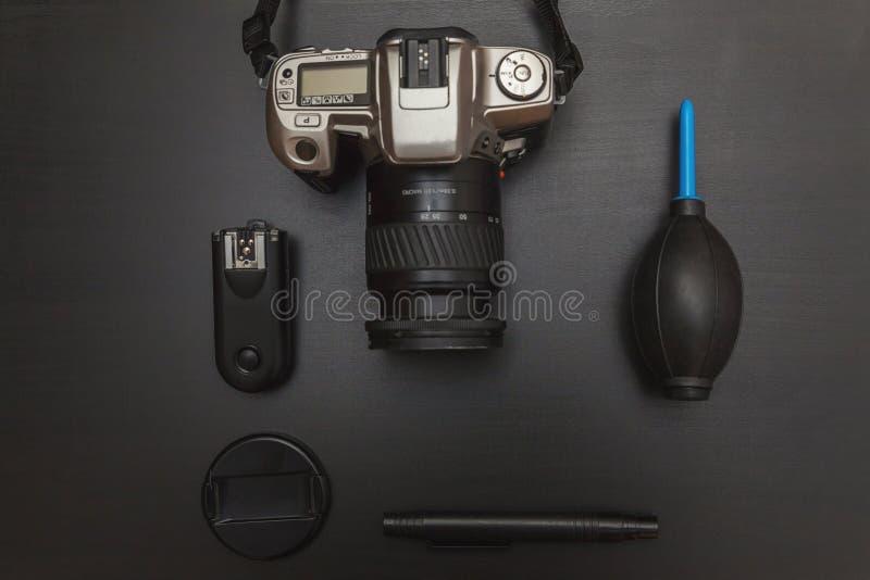 Opinião superior o fotógrafo do espaço de trabalho no fundo preto da tabela foto de stock royalty free