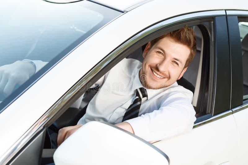 Opinião superior o homem de sorriso no carro foto de stock