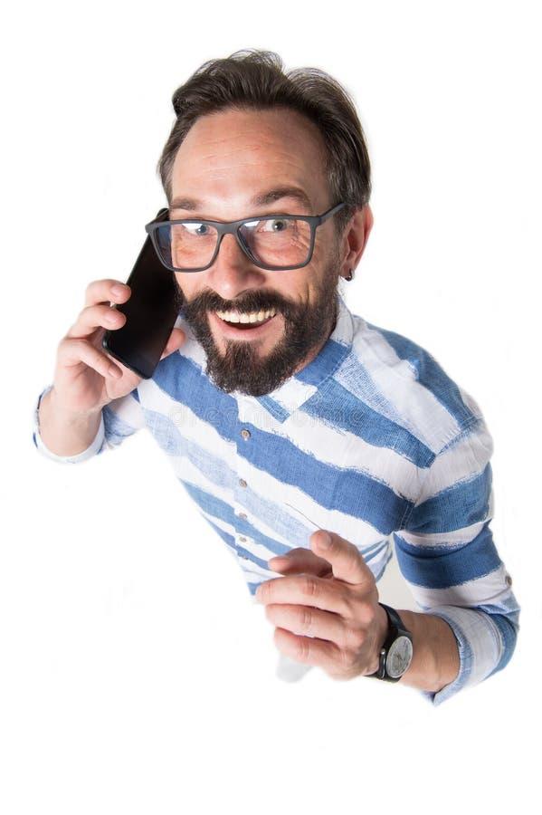 Opinião superior o homem engraçado de sorriso que fala no telefone fotos de stock