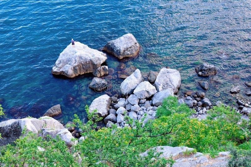 Opinião superior o pescador solitário no Mar Negro imagens de stock royalty free
