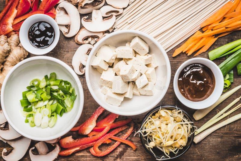 Opinião superior o vegetariano asiático que cozinha ingredientes para a fritada da agitação com tofu fotografia de stock