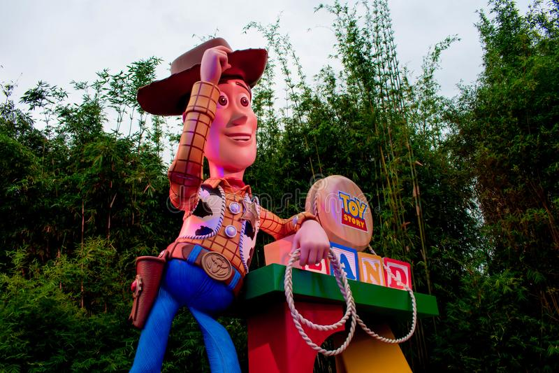 Opinião superior o xerife Woody na entrada principal de Toy Story Land em estúdios de Hollywood na área 1 de Walt Disney World fotos de stock