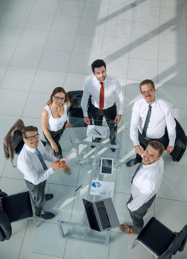 Opinião superior os executivos novos que olham a câmera fotografia de stock