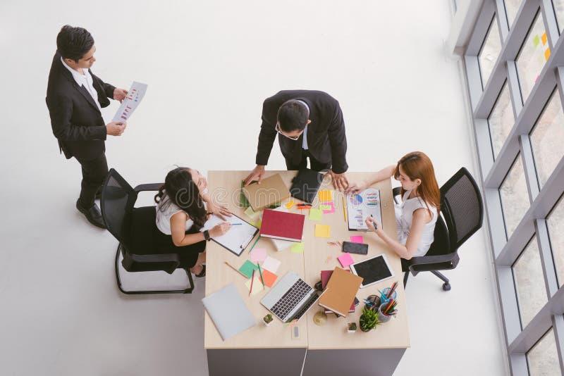 Opinião superior os povos da equipe do negócio que encontram a discussão da conferência incorporada no escritório imagens de stock