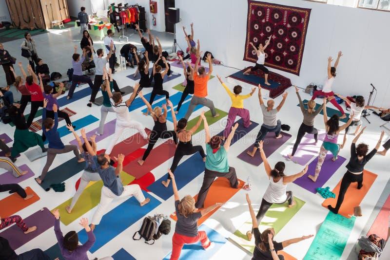 Opinião superior os povos no festival da ioga em Milão, Itália foto de stock royalty free