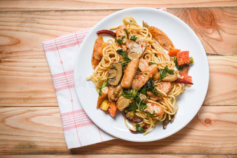 Opinião superior quente e picante dos pimentões do tomate da massa dos espaguetes e das folhas da manjericão/alimento italiano de imagem de stock royalty free
