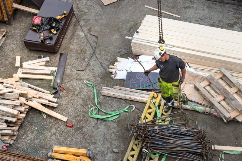 Opinião superior um trabalhador do construtor que trabalha em uma construção concreta sob a ponte de Tromso, Noruega fotos de stock royalty free